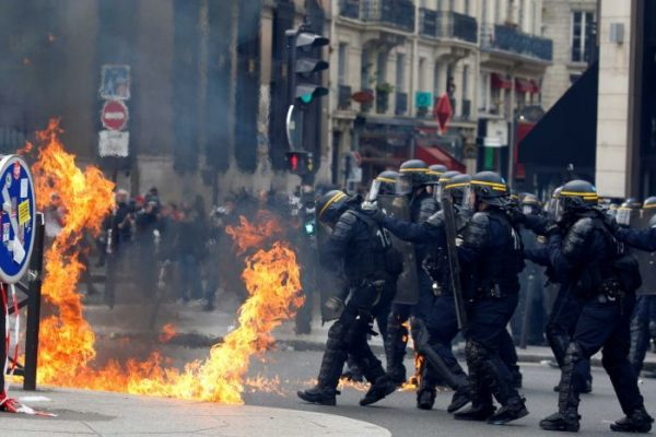 anti-riot police wearing anti-riot suit when chaos (4)