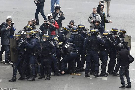 anti-riot police wearing anti-riot suit when chaos (3)