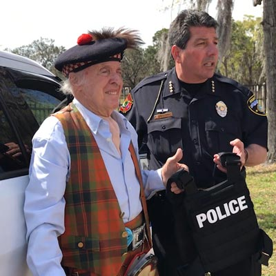 one-man-donate-bulletproof-vest-to-the-police